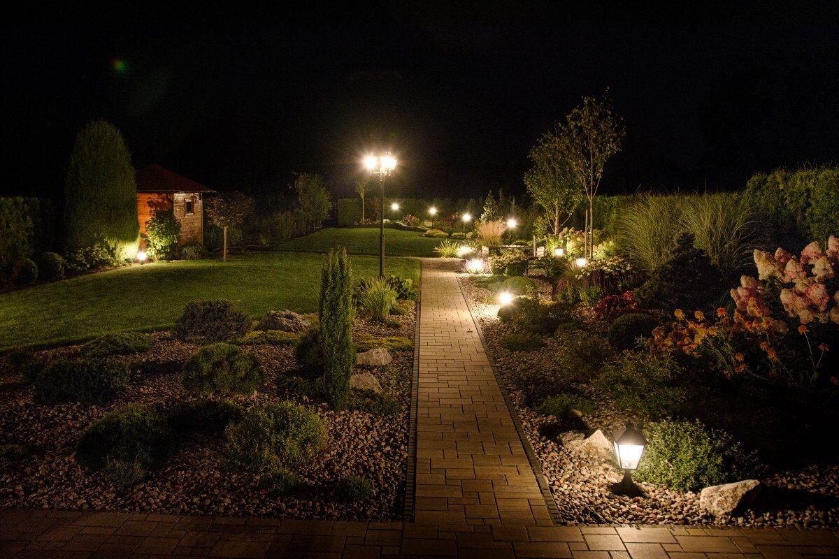 Oświetlenie ogrodu nocą - Ekoland Ogrody